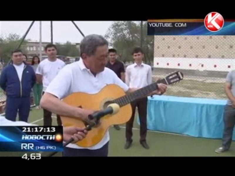 Аким Атырауской области покоряет интернет с гитарой в руках