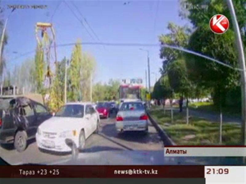 В Алматы прямо на дорогу рухнул подъемный кран