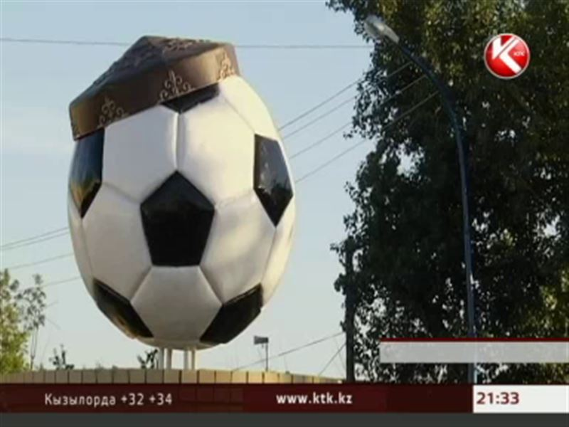 В честь 100-летия казахстанского футбола в Семее появились тюбетейки в виде мячей