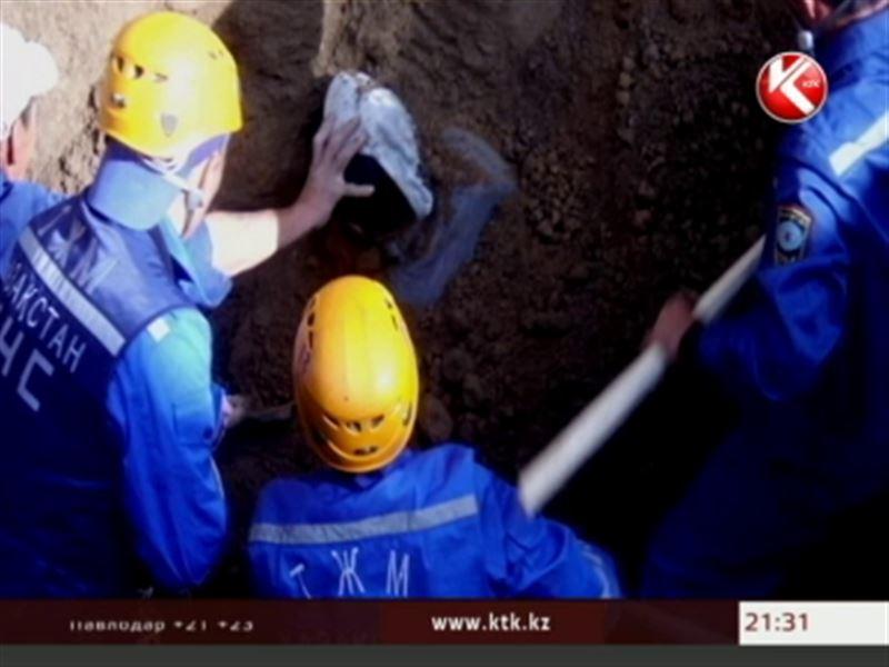 В Уральске рабочий оказался заживо погребенным в траншее