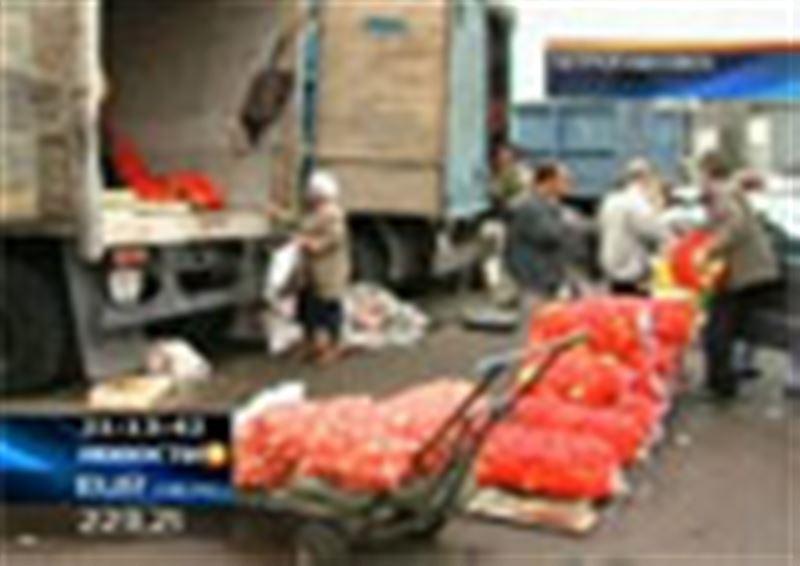 Все лето жители Петропавловска ждали «зеленые караваны», но грузовиков с дешевыми фруктами и овощами на рынке так и не нашли