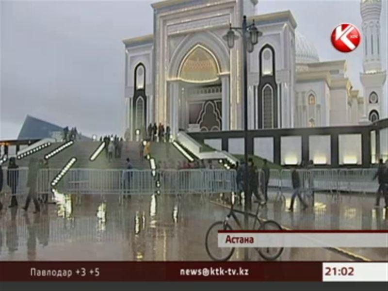 Простые казахстанцы и VIP-персоны сегодня спешили на утренний айт-намаз