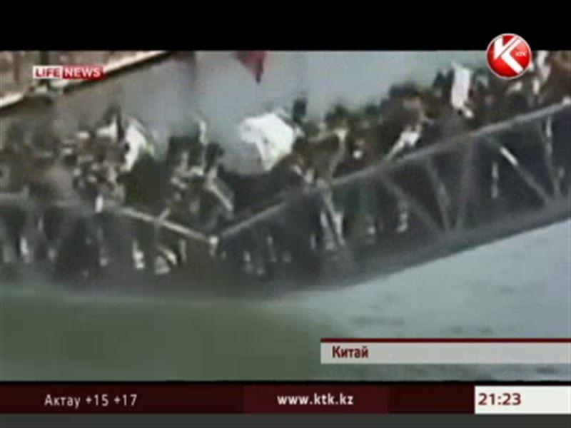В Китае под ногами туристов буквально рассыпался целый мост