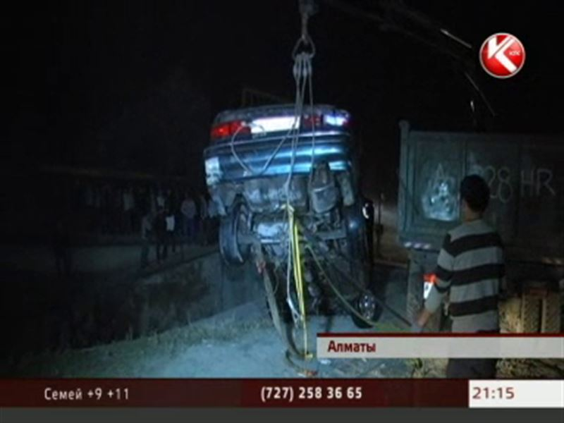 В Алматы ушла под воду машина, есть погибший