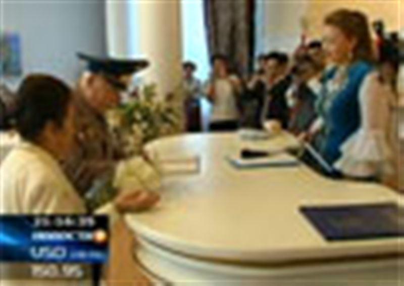Сотрудники алматинских ЗАГСов соревновались в искусстве регистрировать свадебные союзы