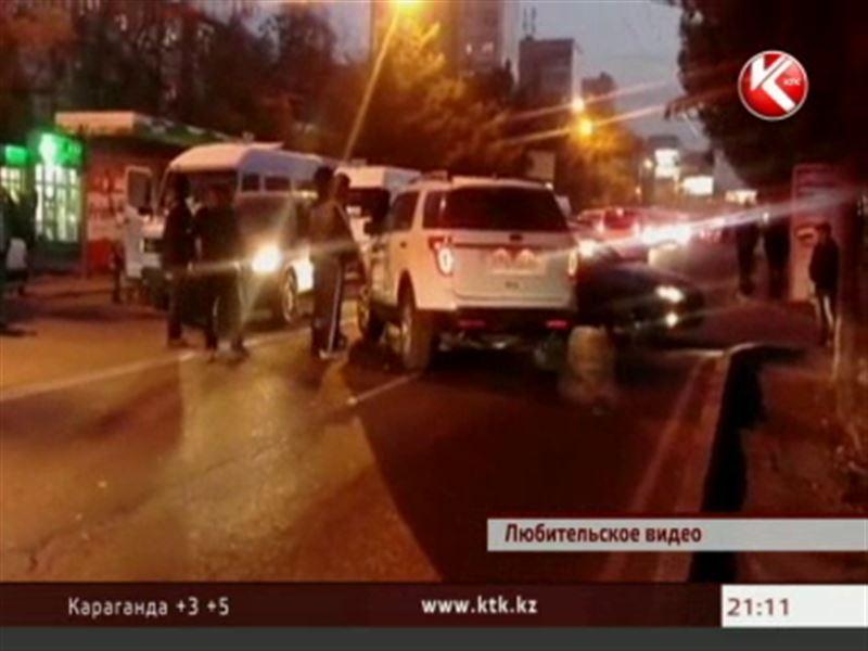 Автомобиль посольства США в центре Бишкека влетел в колонну машин