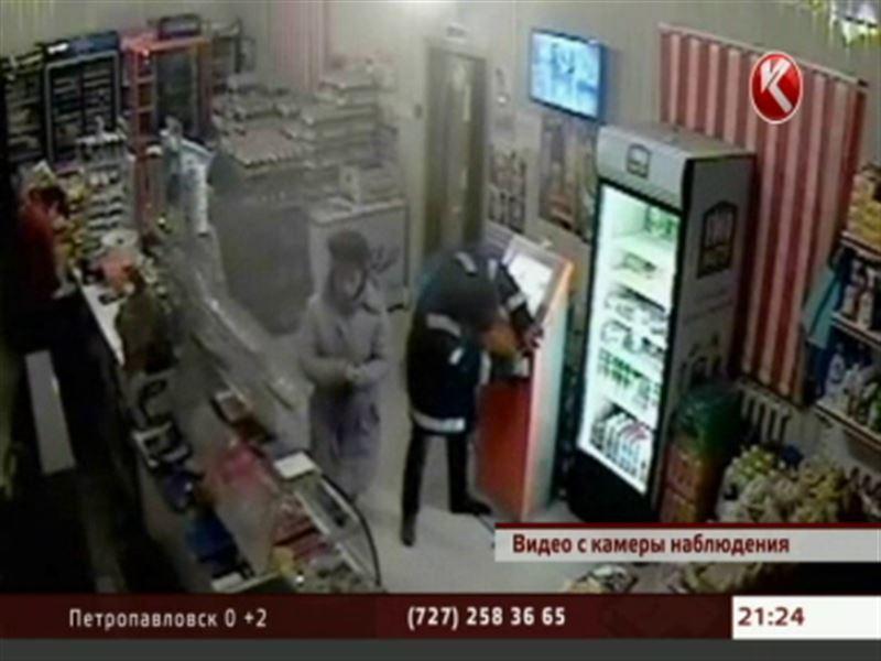 В Атырауской области неизвестный на глазах у продавцов и покупателей вскрыл платежный терминал