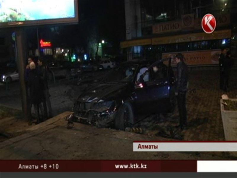 В Алматы  сразу шесть человек прямо на тротуаре попали под колеса БМВ