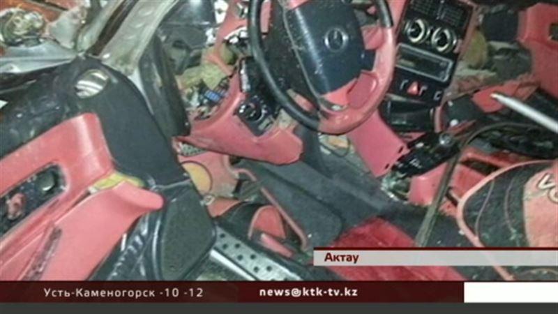 В Актау двое молодых людей разбились на дорогом кабриолете