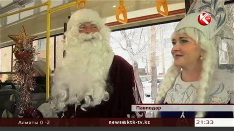 В Павлодаре Дед Мороз и Снегурочка поздравляют пассажиров трамвая