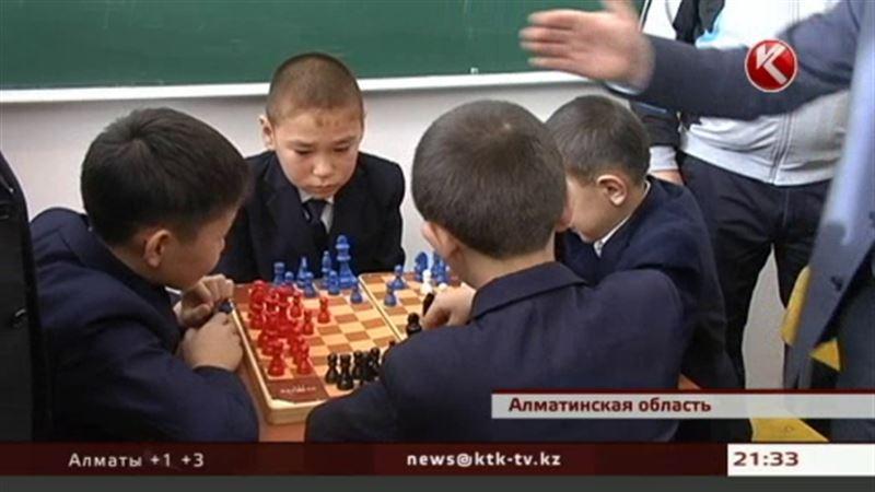 Гроссмейстер Анатолий Карпов и Фонд Первого Президента подарили детям мультимедийный кабинет