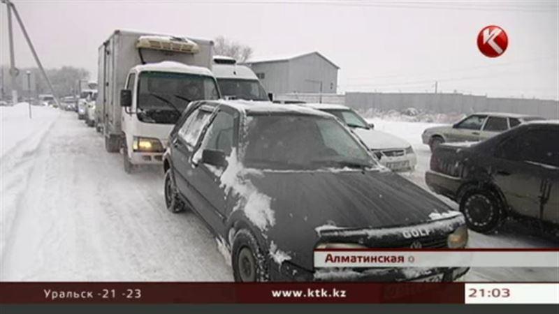 В Алматы за сутки выпало более 20 сантиметров снега