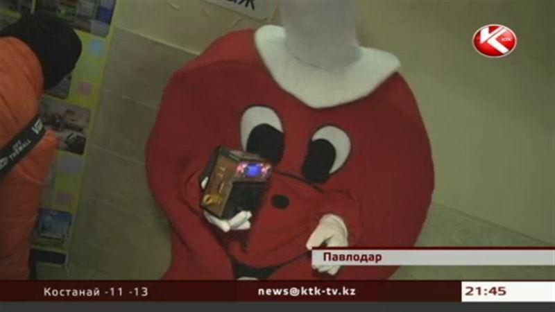 Павлодарский юрист соединяет влюблённых, обрядившись в костюм сердца