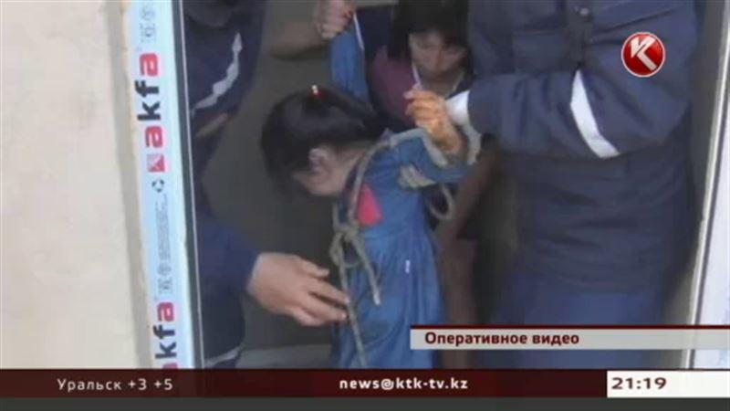 В Шымкенте спасатели вытащили из выгребной ямы ребенка