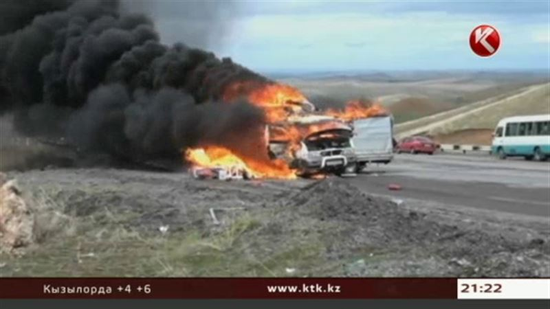 На трассе Ташкент – Шымкент дотла сгорел микроавтобус