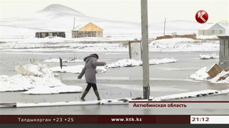 В Актюбинской области окраина села за ночь превратилась в настоящее озеро