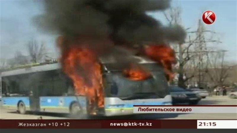 В центре Алматы сгорел троллейбус