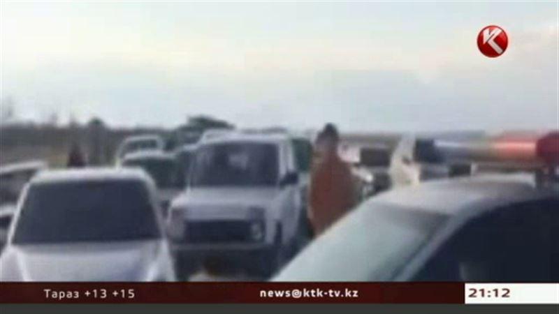 ЭКСКЛЮЗИВ: На трассе Астана – Караганда застряли 30 КамАЗов и 50 легковых авто; люди идут домой пешком