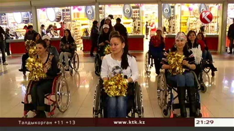 В Алматы инвалиды-колясочники неожиданно устроили танцы в торговом центре
