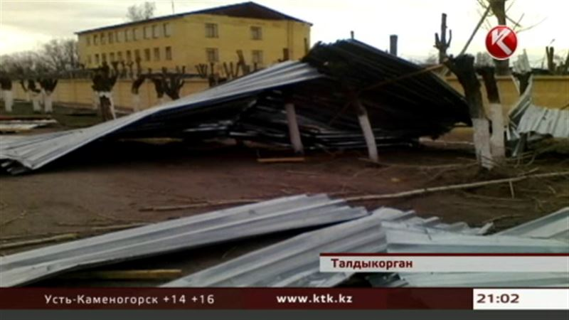 В регионах страны сильный ветер снес крыши домов и школ, повалил деревья, прервал энергоснабжение