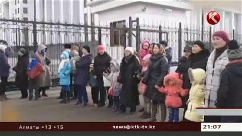 В Астане митингующие выставили в первые ряды детей