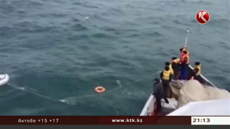 Актауские пограничники спасли унесенных ветром рыбаков