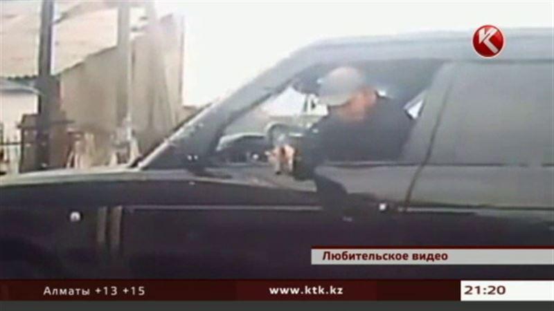 В Алматы мужчина в дорогом внедорожнике угрожал автоледи на «Матизе» пистолетом