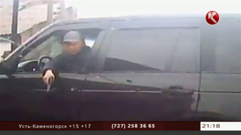 Полиция разыскивает агрессивного водителя, который угрожал алматинке пистолетом