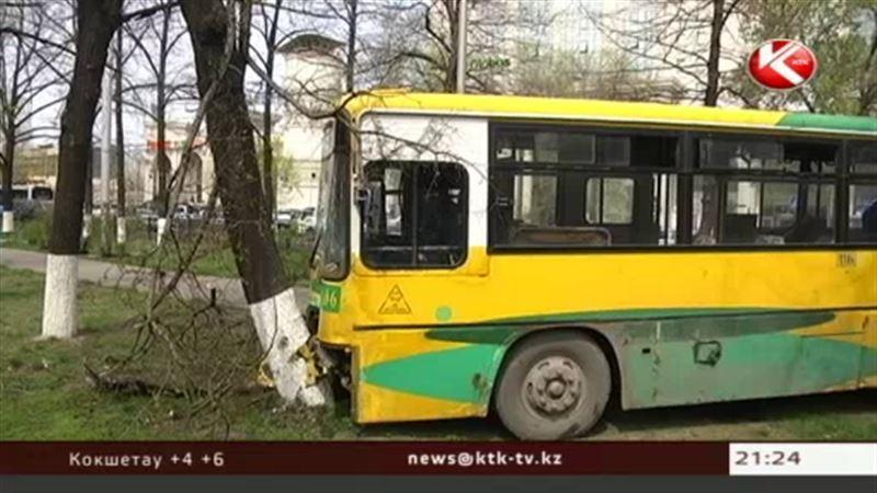 В центре Алматы пассажирский автобус врезался в дерево