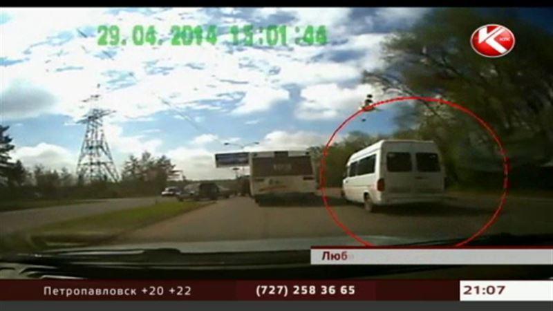 В Алматинской области пассажирский микроавтобус столкнулся с грузовиком