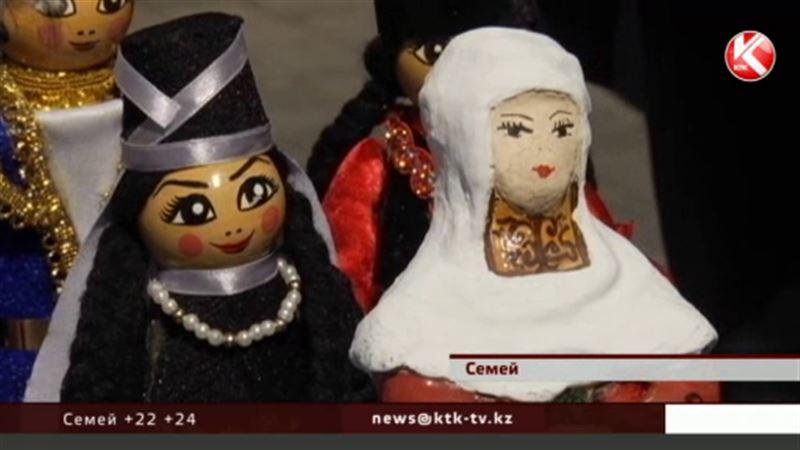 Из монтажной пены, глины, шерсти и соломы – в Семее во всей красе предстали куклы