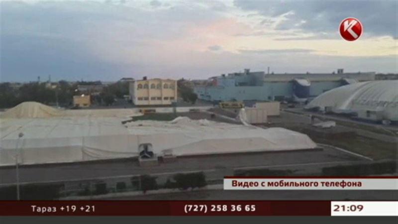 В Сатпаеве шквальным ветром снесло стадион