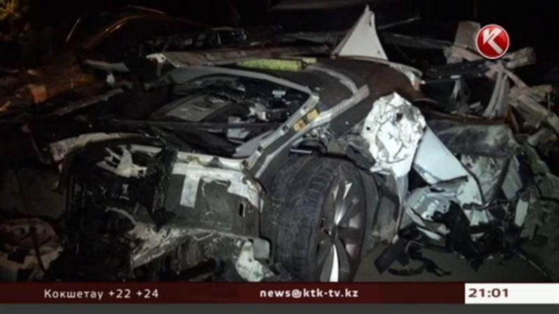 В Алматы иномарка на огромной скорости врезалась в мусоровоз