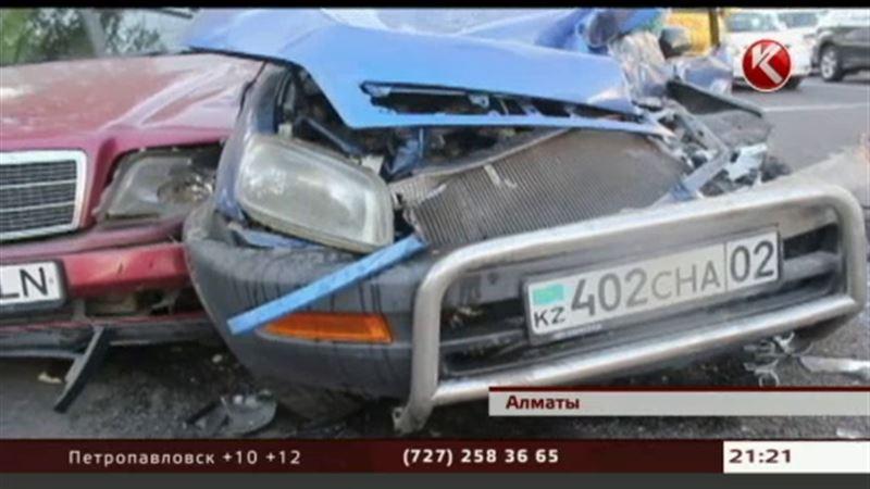 В Алматы в самом центре города у КамАЗа отказали тормоза