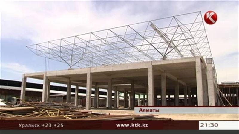 На алматинской барахолке заливают фундаменты новых торговых домов