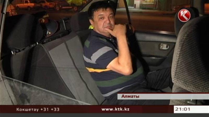 В Алматы налоговик сбил беременную женщину с ребенком