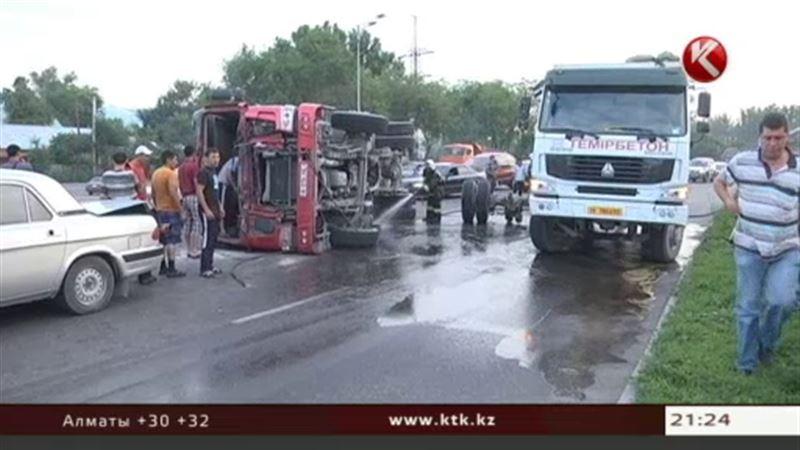В Алматы очередное ДТП с участием китайского грузовика