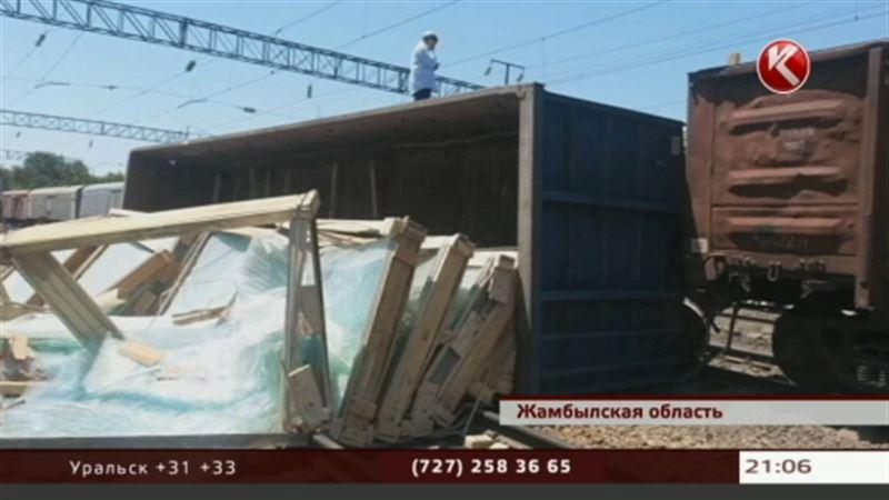 В Жамбылской области сошли вагоны, груженные стеклом