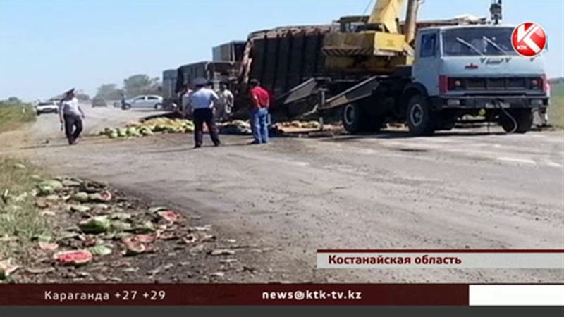В Костанайской области 10 тонн арбузов оказались на трассе