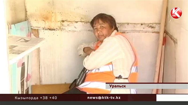 Специальный контролер учит жителей Уральска правильно выбрасывать мусор