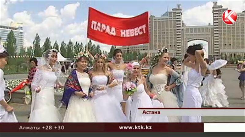 На улицы Астаны вышли десятки девушек в свадебных платьях
