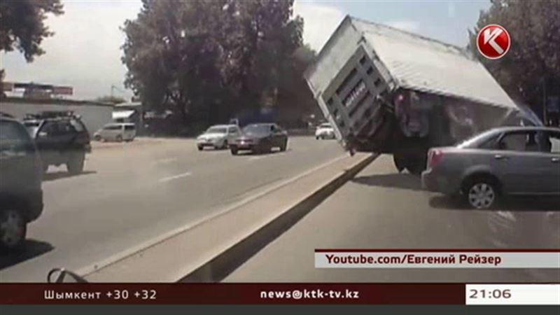 В Алматы жертвами ДТП с участием китайского грузовика едва не стали дети