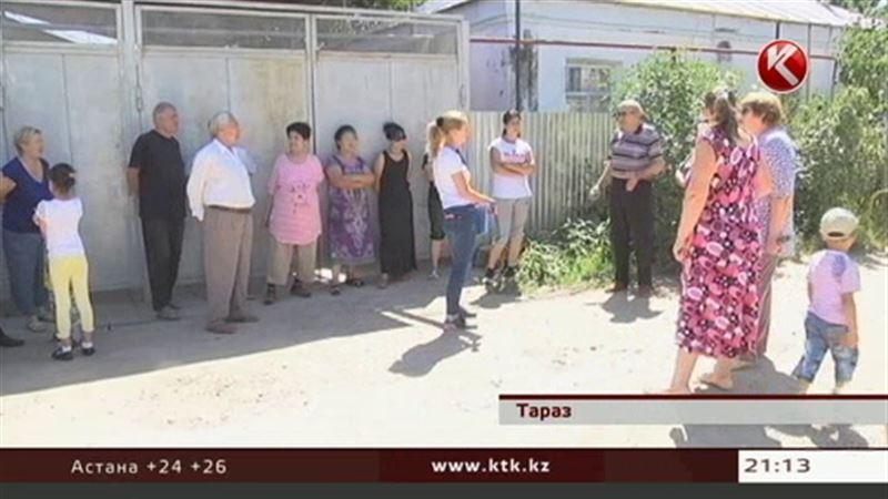 Пенсионеры одной из таразских улиц требуют вернуть им их асфальт