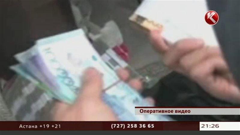Карагандинский финпол перехватил две сумки, доверху набитые деньгами