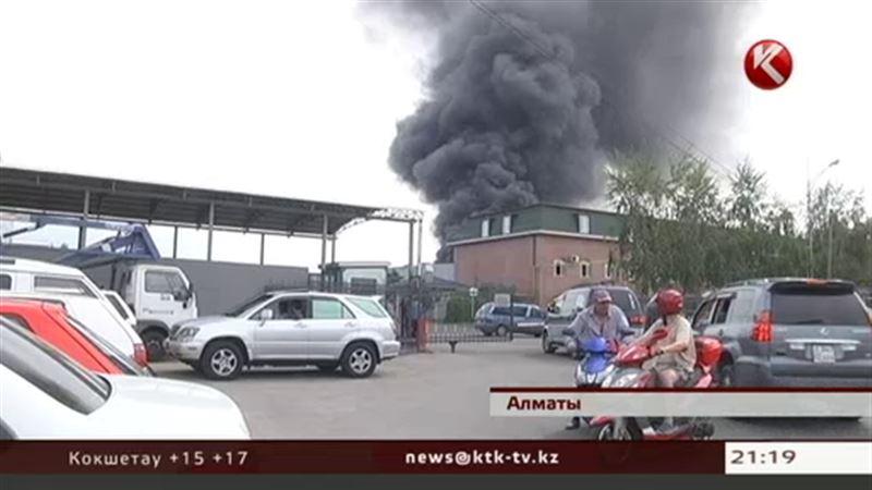 В Алматы горели производственные склады