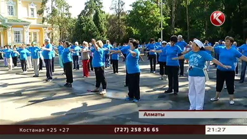 Алматинские пенсионеры делают зарядку