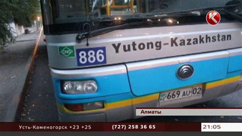 В Алматы автобус переехал ребенка, который пытался войти в салон
