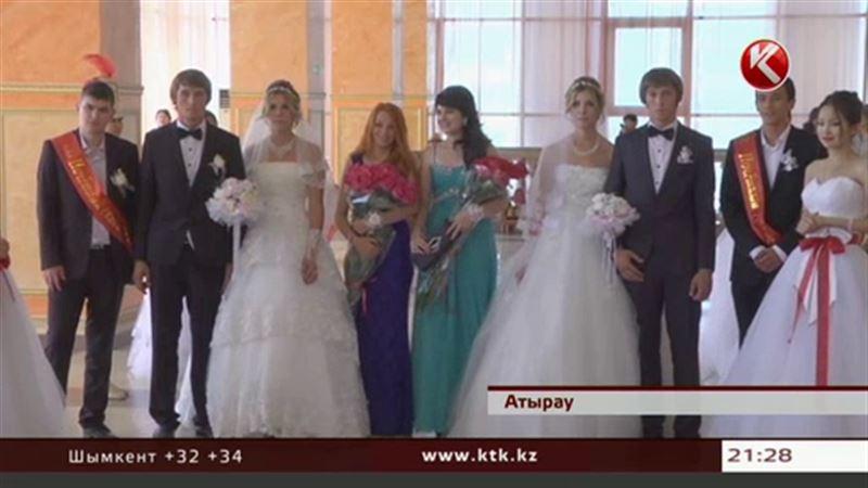 В Атырау двое близнецов женились на сестрах-близняшках в День близнецов