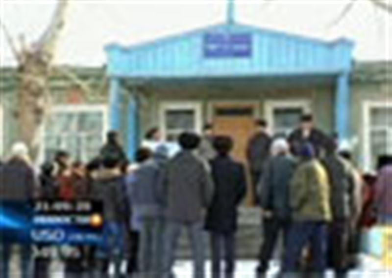 Сельская забастовка в Восточном Казахстане -  крестьяне требуют у директора местного хозяйства зарплату за 2 месяца