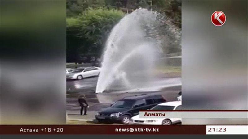 20-метровый фонтан вырвался из-под земли прямо в центре Алматы